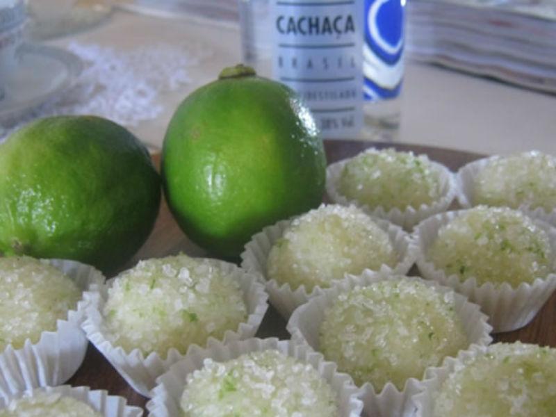Faça um brigadeiro de caipirinha com cachaça e suco de limão